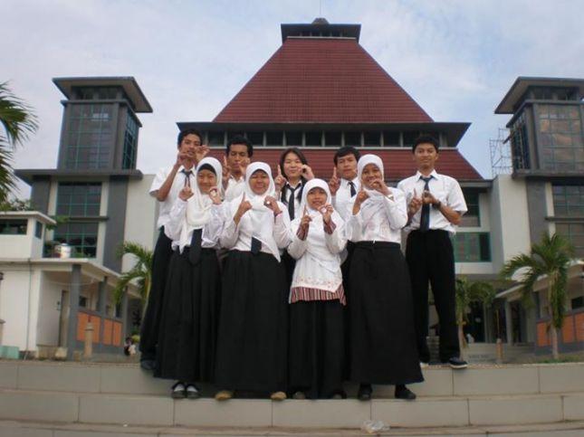 Bersama teman-teman Kelompok Ki Hajar Dewantara di depan masjid Kampus UNDIP
