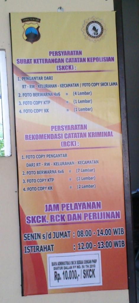 Persyaratan yang harus dibawa untuk membuat Surat Rekomendasi SKCK dari Polsek. Foto diambil dari Polsek Banyumanik, Semarang.