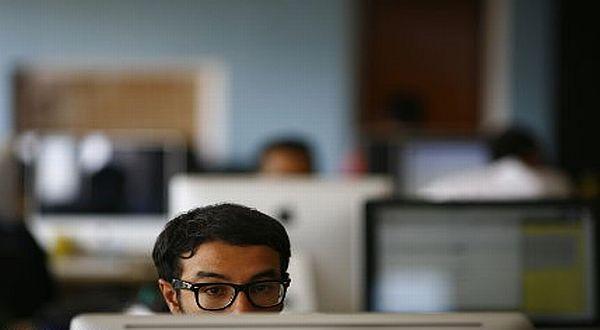 Mencari info lowongan pekerjaan. Sumber: news.okezone.com